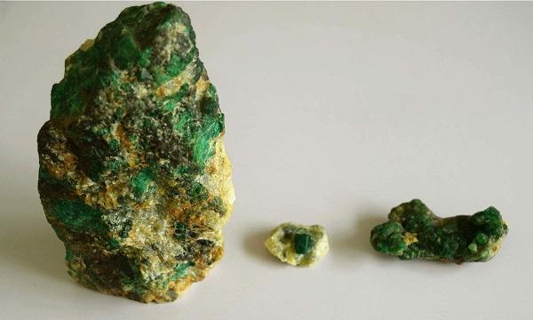 محکمہ معدنیات کے افیسرز تنگ کرتے ہیں، اٹھ سال سے زمرد سے ریونیو حکومت کو دے رہیں،خالد خان