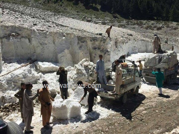 Kalam People Cut the snow And Sell them