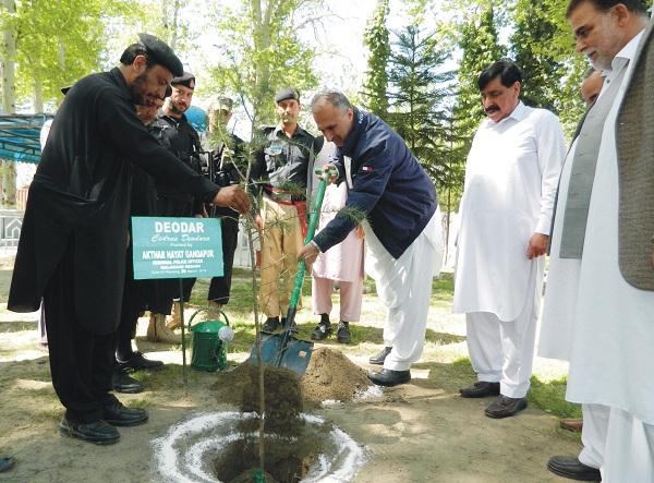 سوات میں شجر کاری مہم شروع، کمشنر اور ڈی ائی جی نے پودا لگا دیا
