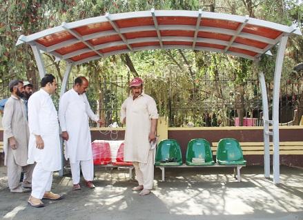 فضل حکیم کا سیدو شریف سڑک پر عوامی انتظار گاہوں کا معائنہ