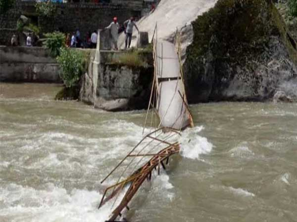 کشمیر میں پل ٹوٹنے سے چالیس سیاح دریا کے نذر