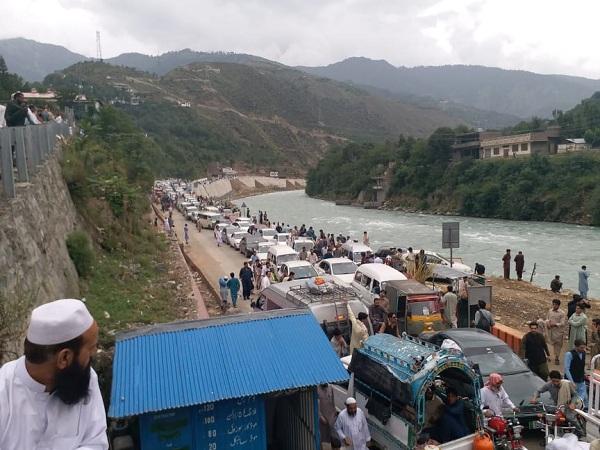 سوات میں سیاحوں کی رش، مدین سڑک بند، ہوٹل میں کمرے ناپید، سیاح سڑکوں پر رات گزارنے لگیں