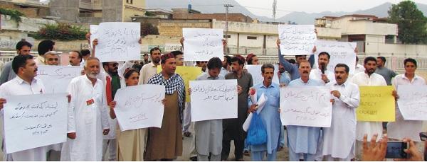 پشاور دھماکہ، راؤ انوار کی ضمانت پر رہائی کیخلاف پختون تحفظ مومنٹ کا احتجاج