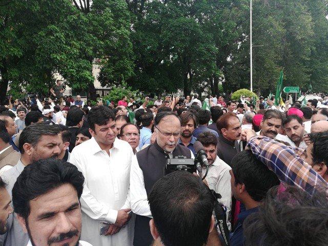 الیکشن کمیشن کے دفتر کے سامنے اپوزیشن جماعتوں کا احتجاجی مظاہرہ