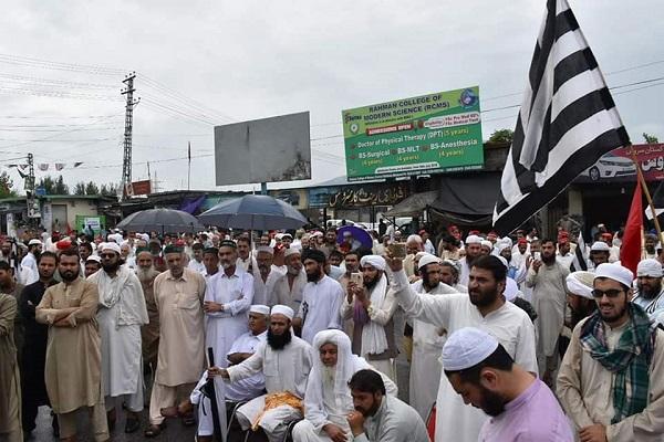 مالاکنڈڈؤیژن میں سیاسی جماعتوں کا الیکشن میں دھاندلی کیخلاف احتجاجی مظاہرہ، سڑک کئی گھنٹوں تک بند