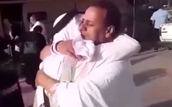 شامی خانہ جنگی میں بچھڑے بھائی حج کے موقع پر 7سال بعد مل گئے،ایک دوسرے کو زندہ دیکھ کر بغلگیر ہوکر رونے لگے'ویڈیو سوشل میڈیا پر وائرل
