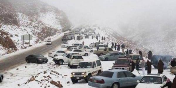 اللہ کی قدرت پر پوری دنیا حیران ،سعودی عرب کے ریگستانوں میں برفباری نے سب کو حیران کردیا