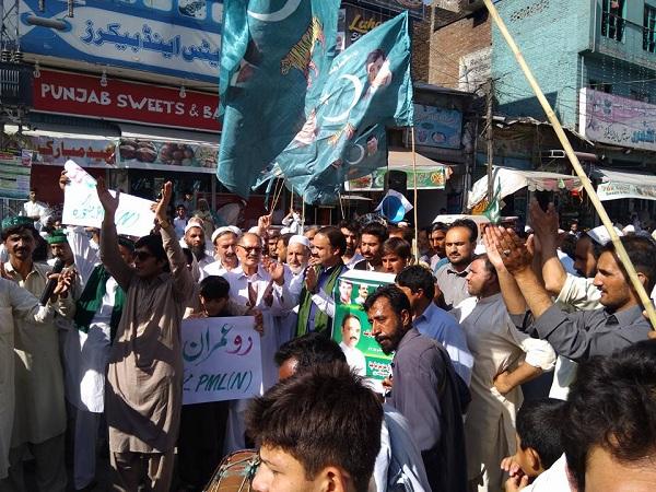 سوات میں ڈول کی تھاپ پر رو عمران رو کی نعرے لگ گئے ، مٹھائیاں تقسیم