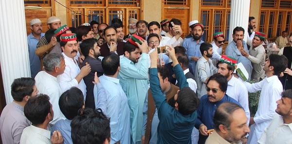 حلقہ این اے چار پشاور کے ضمنی الیکشن جیتنے پر پی ٹی آئی سوات کے کارکنان کا جشن