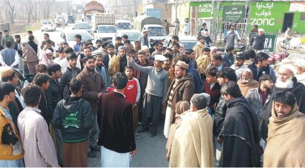 نادرا آفس میں جنریٹر کی مسلسل خرابی، عوام کا افس کے سامنے احتجاجی مظاہرہ