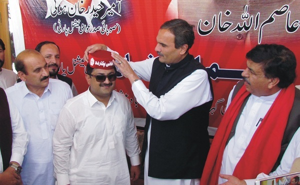 26 سالہ رفاقت ختم ، عاصم خان نے سرخ ٹوپی پہن لی