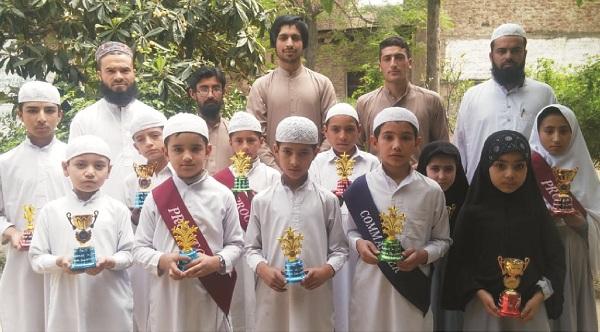 توتانوبانڈی، نجی سکول نے سو فیصد حاضری دینے والے طالب علموں میں انعاما ت تقسیم