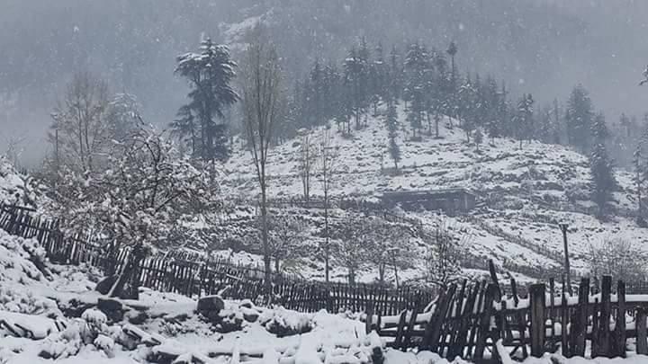 سوات میں بارش اور برفباری جاری ، سیاحوں کے موج مستی