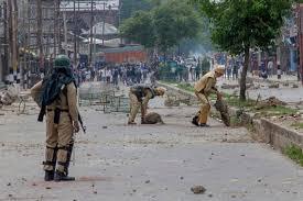 کشمیری عوام بھارتی پابندیوں کو پاؤں تلے روندتے ہوئے باہر نکل آئے، قابض بھارتی فوج نے مظاہرین پر براہ راست فائرنگ کر دی