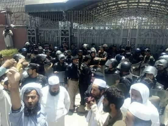 فاٹا انضمام، جے یو ائی کا پشاور میں احتجاج ، پولیس کی شیلنگ اور لاٹھی چارج ، متعدد زخمی