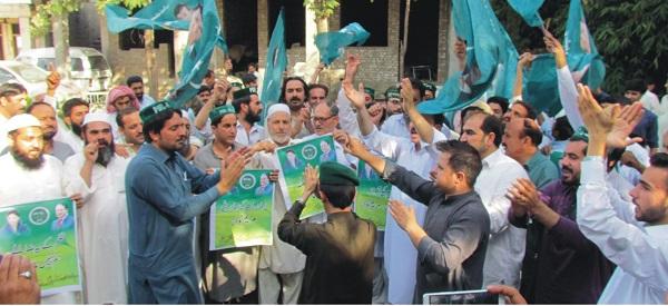 نوازشریف اور مریم نواز کی سزاء کیخلاف ن لیگ کے کارکنوں کا احتجاجی مظاہرہ،احتجاج میں ایم ایم اے کی بھی شرکت
