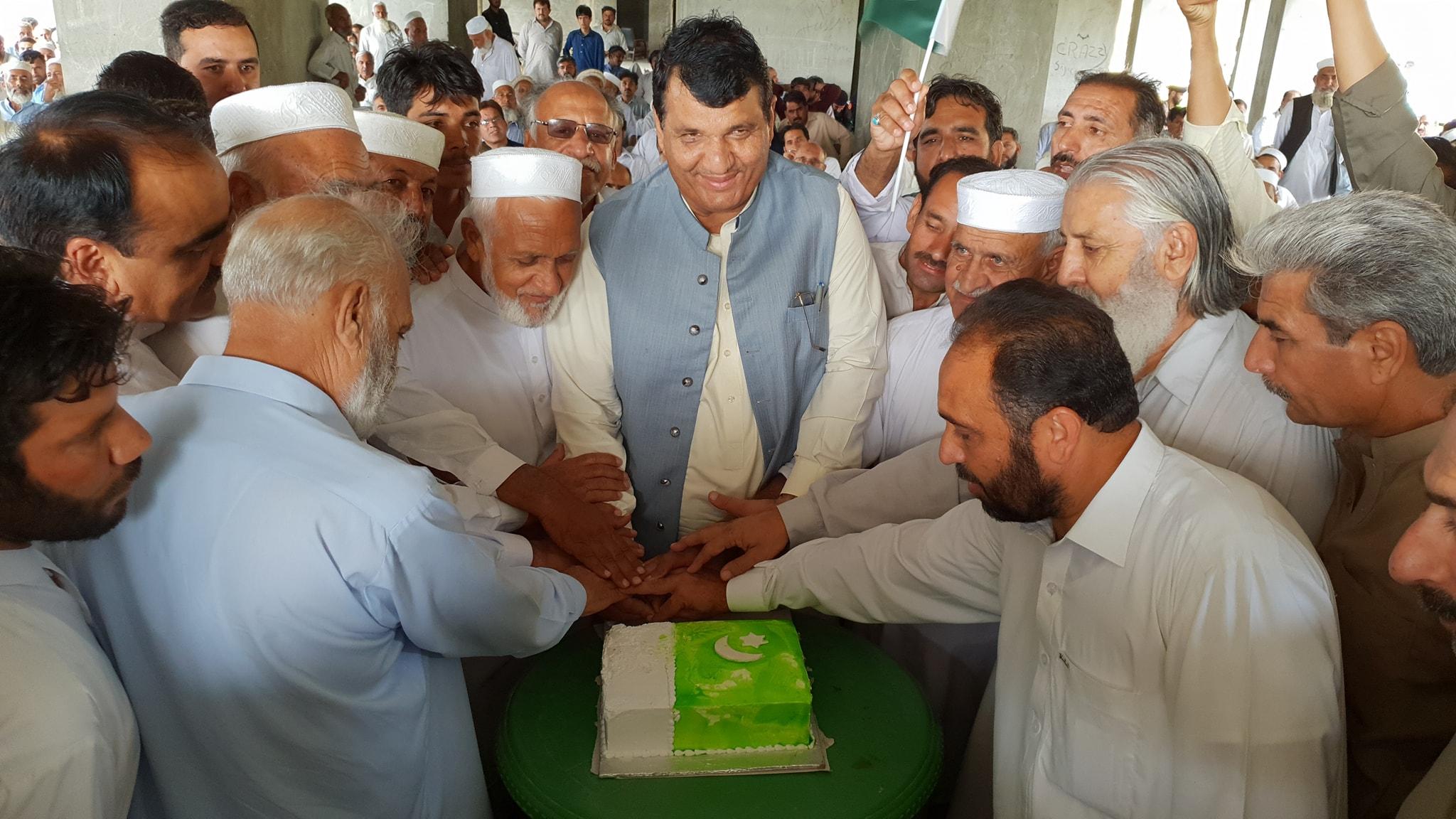 پی ایم ایل ن کے صوبائی صدر انجینئر امیر مقام نے سنگوٹہ میں جشن آزدی کا کیک کاٹا