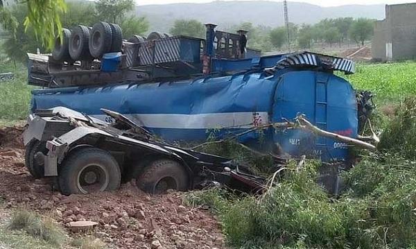 سوات سے کراچی آنے والی بس اور آئل ٹینکر میں خوفناک تصادم، 13 افراد جاں بحق