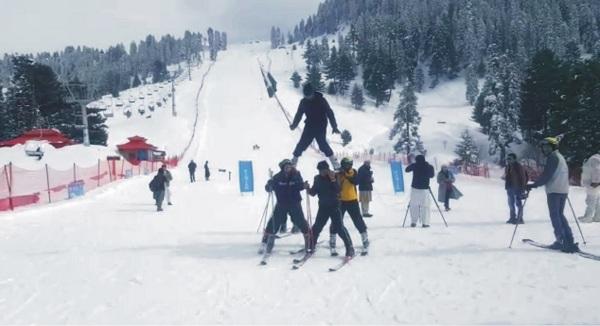 برف کی وادی مالم جبہ میں سنو فیسٹیول شروع، مختلف مقابلے دیکھنے کیلئے سیاحوں کی امد شروع