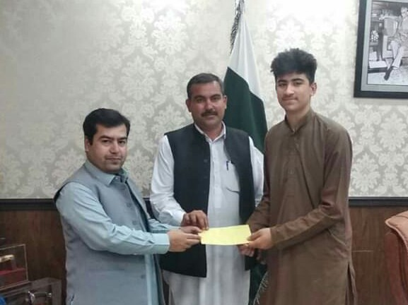 ایڈیشنل ڈی سی سوات کا سوات کے مایہ ناز ٹیبل ٹینس کھلاڑی شاہ خان کے ساتھ مالی معاونت