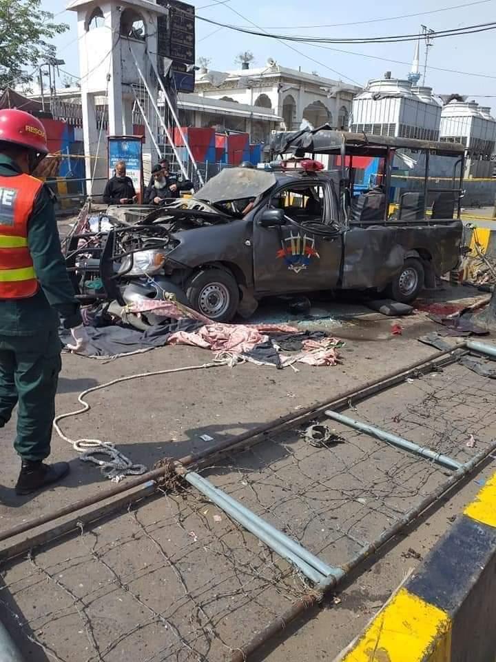 اتا دربار کے قریب پولیس کی گاڑی کے نزدیک خودکش دھماکا،5 اہلکاروں سمیت 10 افراد شہید