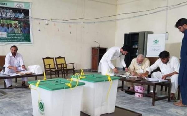 قبائلی اضلاع میں خیبرپختونخوا اسمبلی کی 16 نشستوں پر انتخابات کے لئے پولنگ کا عمل جاری