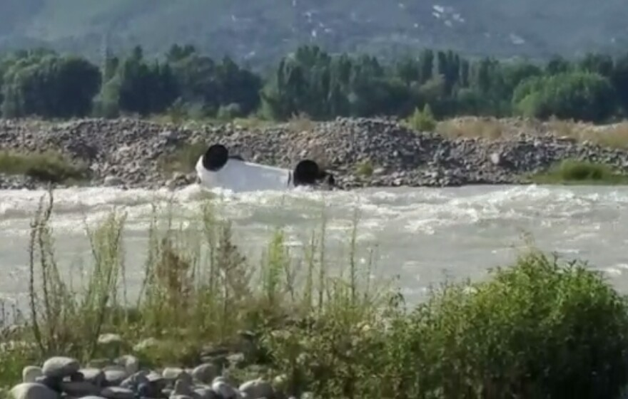 ایوب پل کے قریب موٹر کار دریاء سوات میں گرگئی، چار افراد دریاء میں لاپتہ