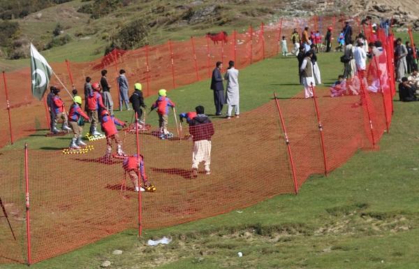 مالم جبہ میں گراس سکی انگ فیسٹیول ، بچوں اور سیاحوں کی موج مستیاں