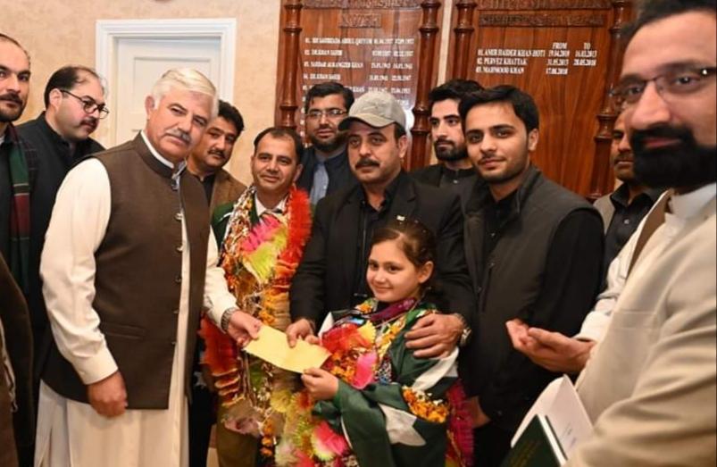 پاکستان کا نام روشن کرنے والی سوات کی 9 سالہ عائشہ کی وزیر اعلی محمود خان سے ملاقات، دو لاکھ روپے نقد انعام دیا گیا