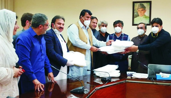 ن لیگ کے صدر امیر مقام نے پشاور میں کورونا کٹس کی پہلی کھیپ حوالہ کردی