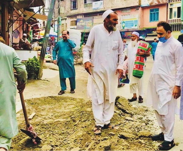 چیئرمین فضل حکیم خان کا حاجی بابا روڈ پر تعمیراتی کام پر چھاپہ، غیر معیاری میٹریل کے استعمال کا سختی سے نوٹس