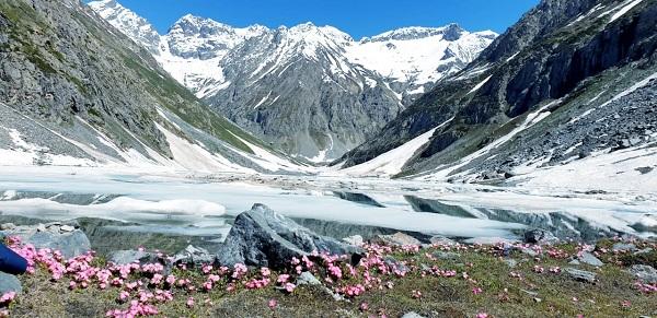 جون میں بھی ادھی برف میں ڈوبا سحر انگیز اندراب جھیل