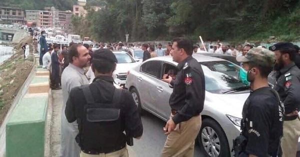 سوات، کالام سڑک بندش کیخلاف سیاحوں اور مقامی لوگوں کا احتجاج