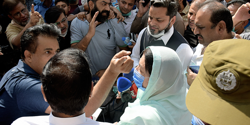 حفیظ سنٹر میں آتشزدگی ، صوبائی وزیر صحت ڈاکٹر یاسمین راشد موقع پر پہنچیں تو ایسے نعرے لگ گئے کہ وہاں سے واپسی کی راہ لی