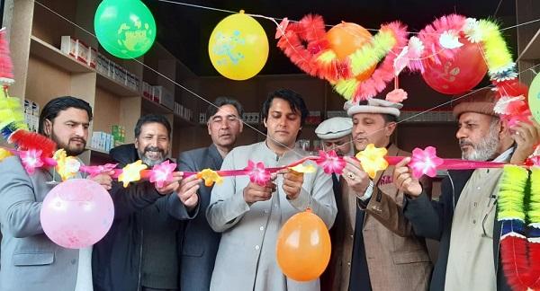 سوشل ایکٹیویسٹ سید بادشاہ فری میڈیکل سٹور کا افتتاح کر رہے ہیے