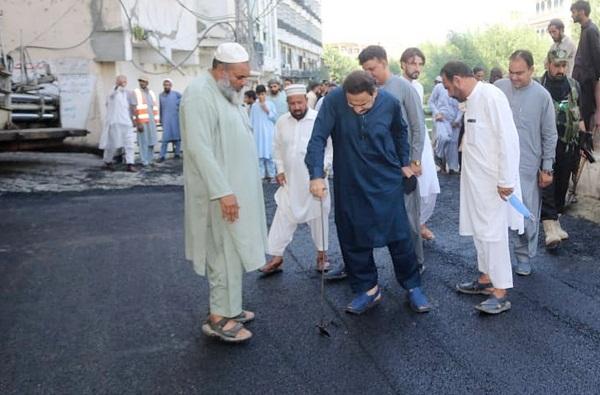 فضل حکیم خان یوسفزئی کا م لنڈیکس روڈ پر تارکول بچھانے کے کام کا معائنہ